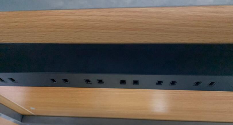 デスクの裏に電源タップを貼り付ける