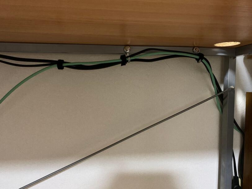 ケーブルの束をフックに吊るす