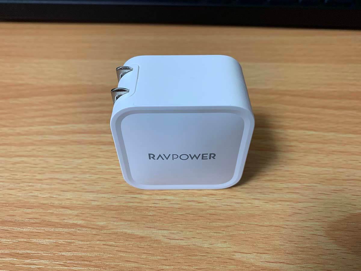 立てた状態のRAVPowerのACアダプタ外観