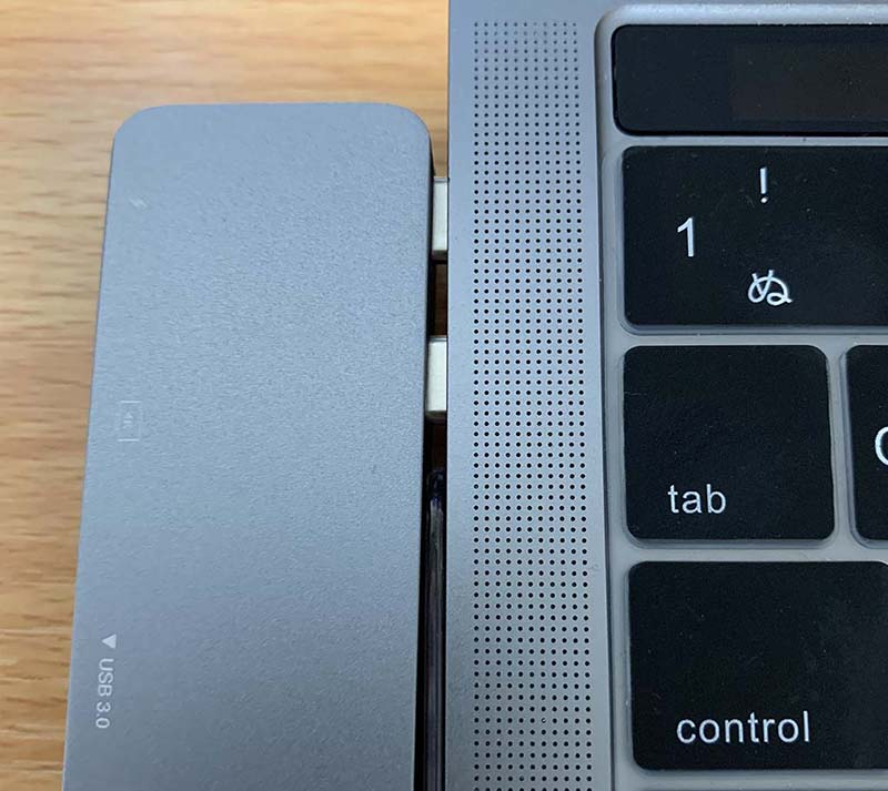 MacBookとUSBハブの隙間
