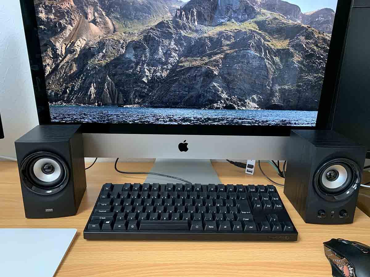 スピーカーをiMacに接続した様子